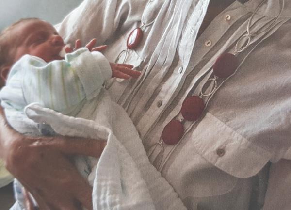 אמא מחזיקה את יואבי בברית_אמא שלי_יום האם_הבלוג של טליה הדר