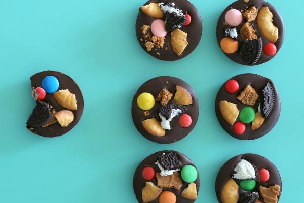 איך להכין שוקולדים מקושטים עם הילדים_בלוג אוכל ואירוח_צילום ומתכון: טליה הדר_אשת סטייל