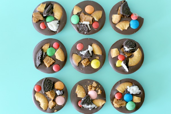 שוקולדים עם ממתקים_שוקולדים שכיף להכין עם ילדים_שוקולדים למתנה_צילום ומתכון:טליה הדר_אשת סטייל_בלוג אוכל ואירוח