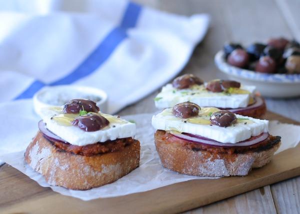 ברוסקטה יוונית_ברוסקטה עם גבינה בולגרית_אירוח בסטייל_פיראוס_צילום ומתכון: טליה הדר מהבלוג אשת סטייל