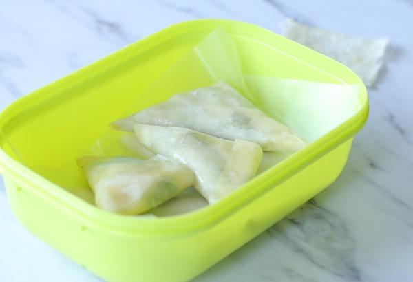 איך מכינים משולשי פילו עם גבינה| איך מקפלים בצק למשולש_מתכון פשוט_אירוח בסטייל_צילום ומתכון: טליה הדר