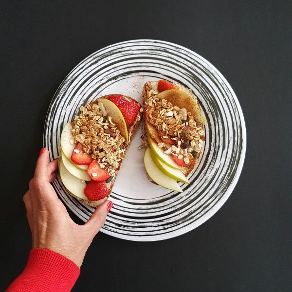 פרוסת לחם עם פירות_פרוסת מוזלי_ארוחת בוקר_צילום ומתכון טליה הדר