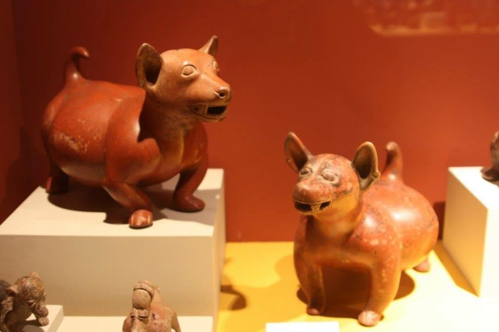 Figurillas en forma de perro.