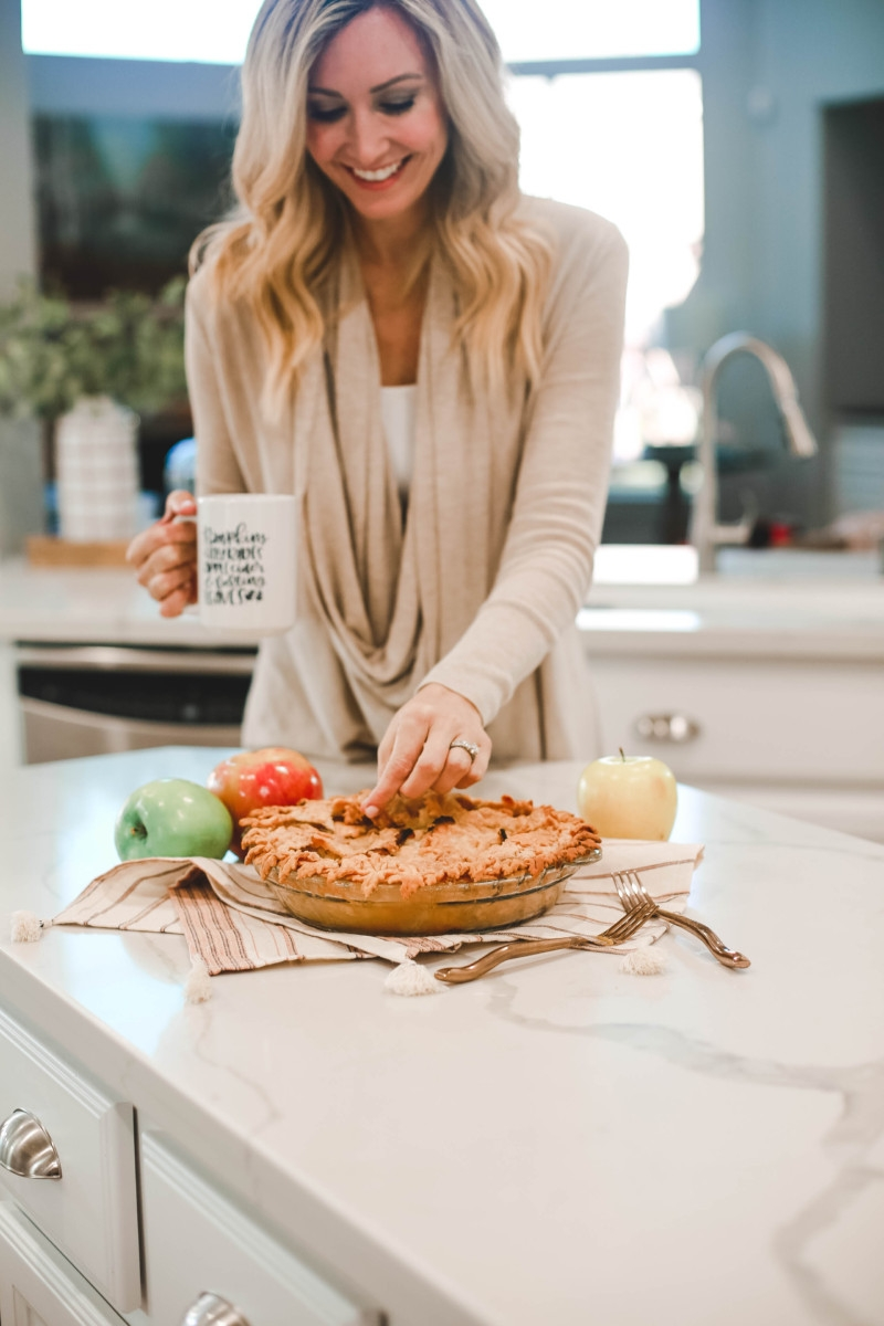 Fall   Thanksgiving   Recipes   Dessert   Mama Mary's Easy Apple Pie Recipe featured by top US lifestyle blog Haute & Humid