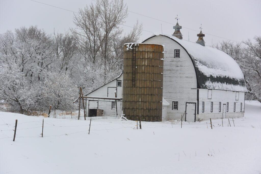 A barn along Highway 40