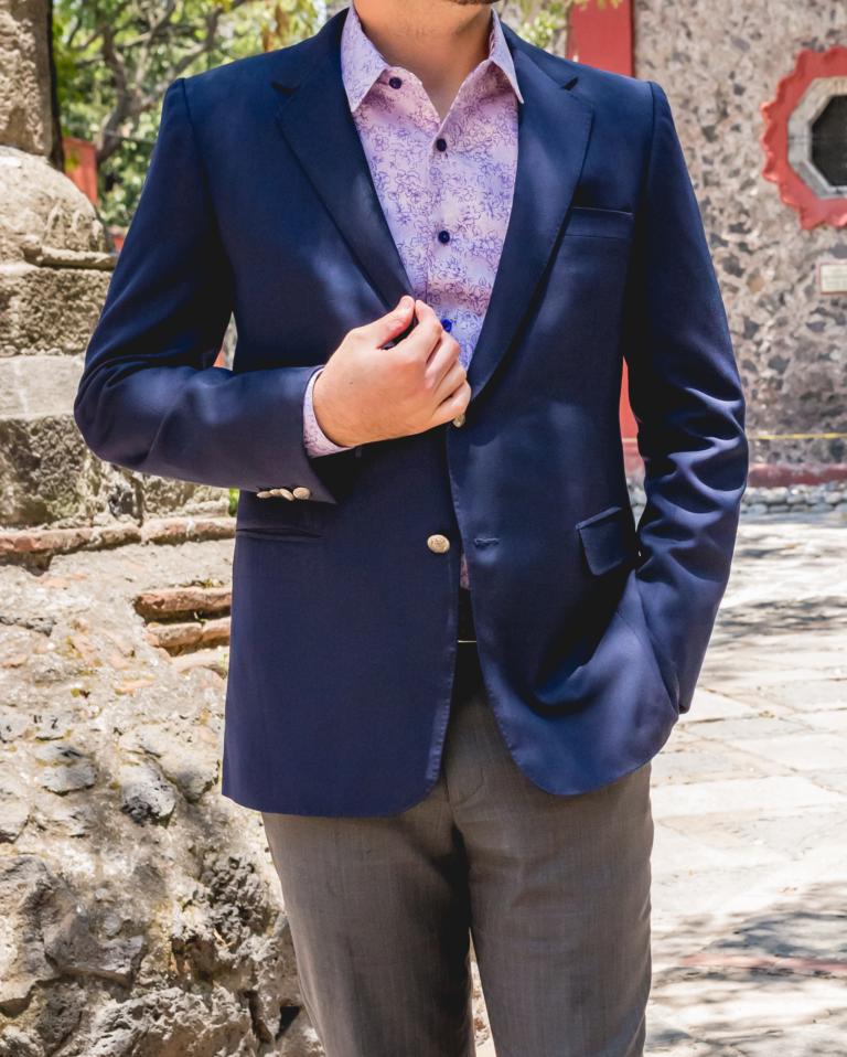 Blazer azul marino con camisa a la medida con detalles de fantasía