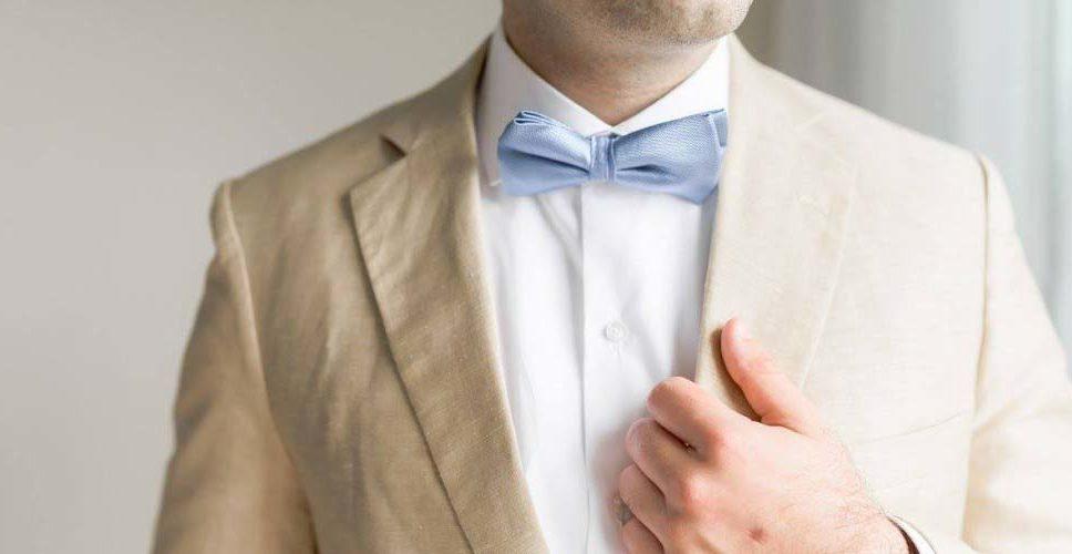 Trajes a la medida para novio con pajarita personalizada para boda en playa en la Ciudad de México