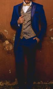 Smoking azul con chaleco otoñal