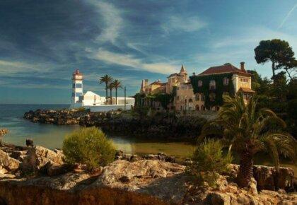 Things to do in Cascais Portugal. Casa de Santa Maria and lighthouse.