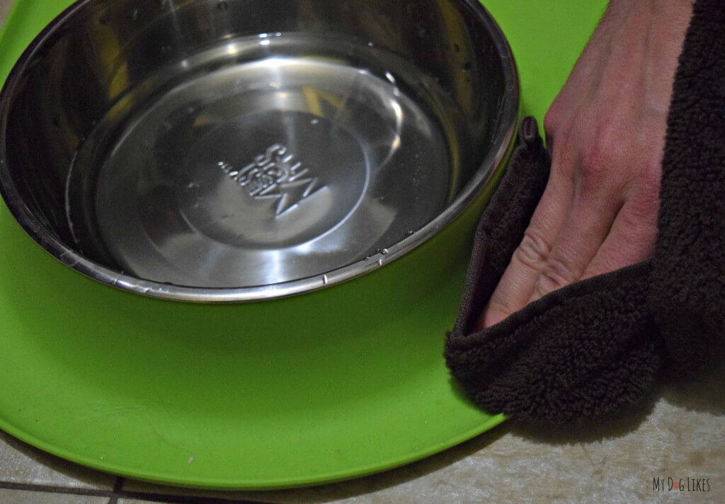 Messy Mutts silicone feeders are easily cleanable - They can be wiped down with a cloth or put in the dishwasher.