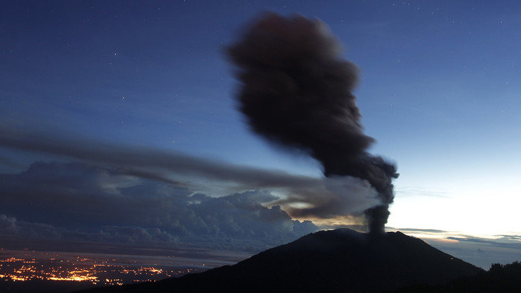 Rent a 4x4 in Costa Rica to see erupting volcanos