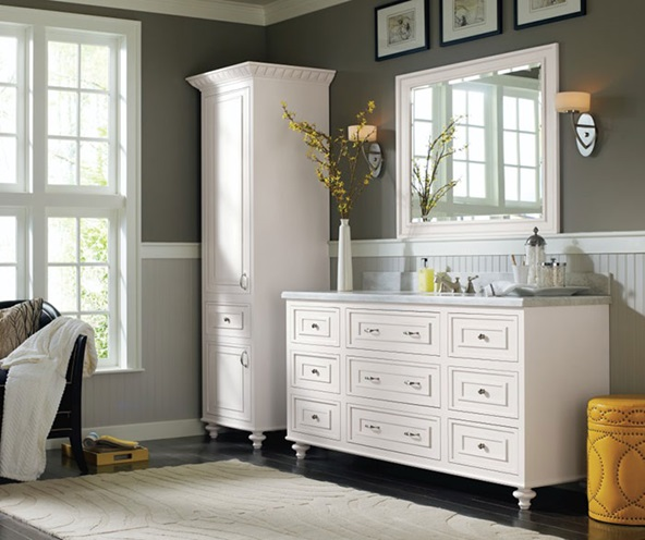 traditional_bathroom_cabinets_in_pure_white_finish