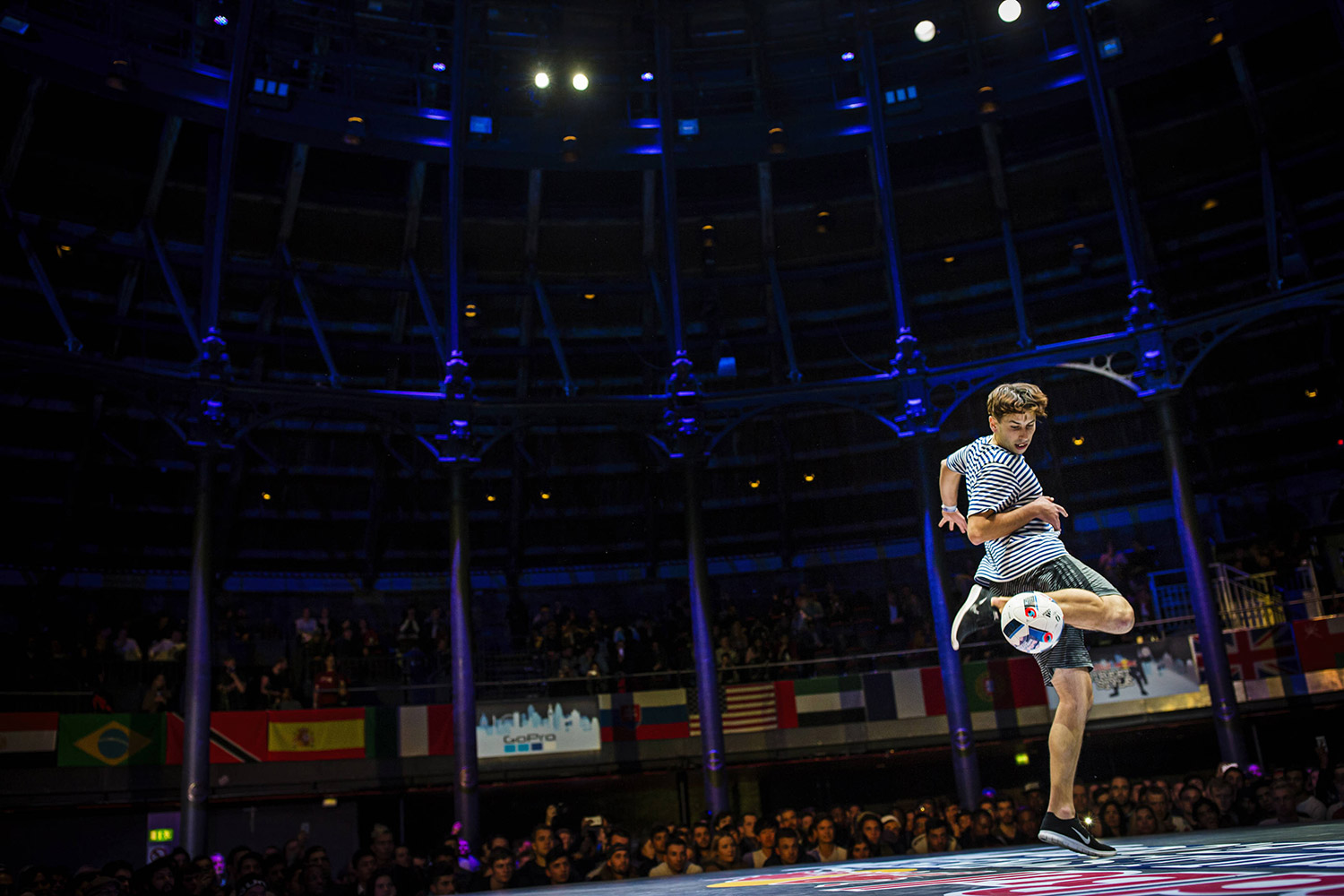 Daniel Dennehy of Ireland competes during the finals of the freestyle football world championship Red Bull Street Style in London, United Kingdom on November 8, 2016 // Samo Vidic/Red Bull Content Pool // AP-1Q44MTHK51W11 // Usage for editorial use only // Please go to www.redbullcontentpool.com for further information. //
