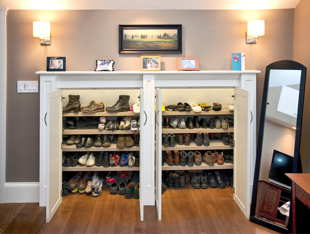 Attractive-Closet-Traditional-design-ideas-for-Custom-Shoe-Storage-Image-Decor