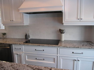 backsplash-with-white-cabinets-