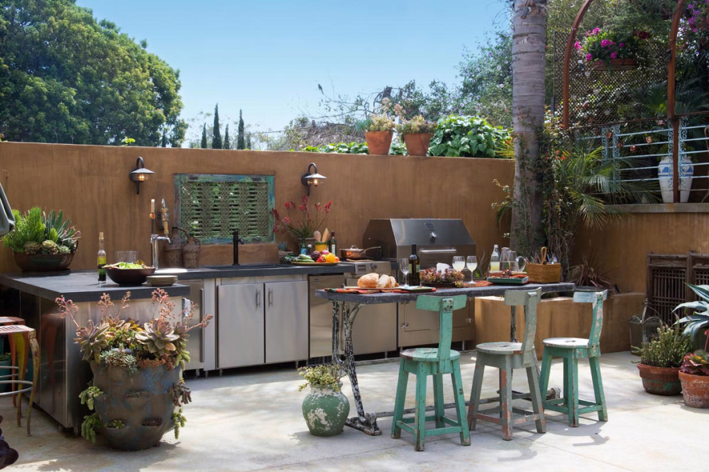 beautiful-outdoor-kitchen-design-idea-with-silver-kitchen-cabinet-with-black-countertop-black-kitchen-table-with-green-gray-chairs-and-brown-fence-graceful-outdoor-kitchen-design-ideas-1024x682