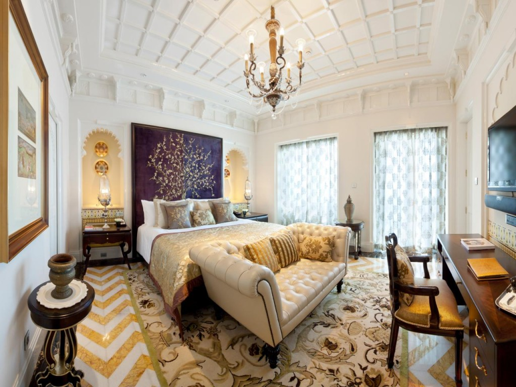 bedroom-chandelier-pattern-white