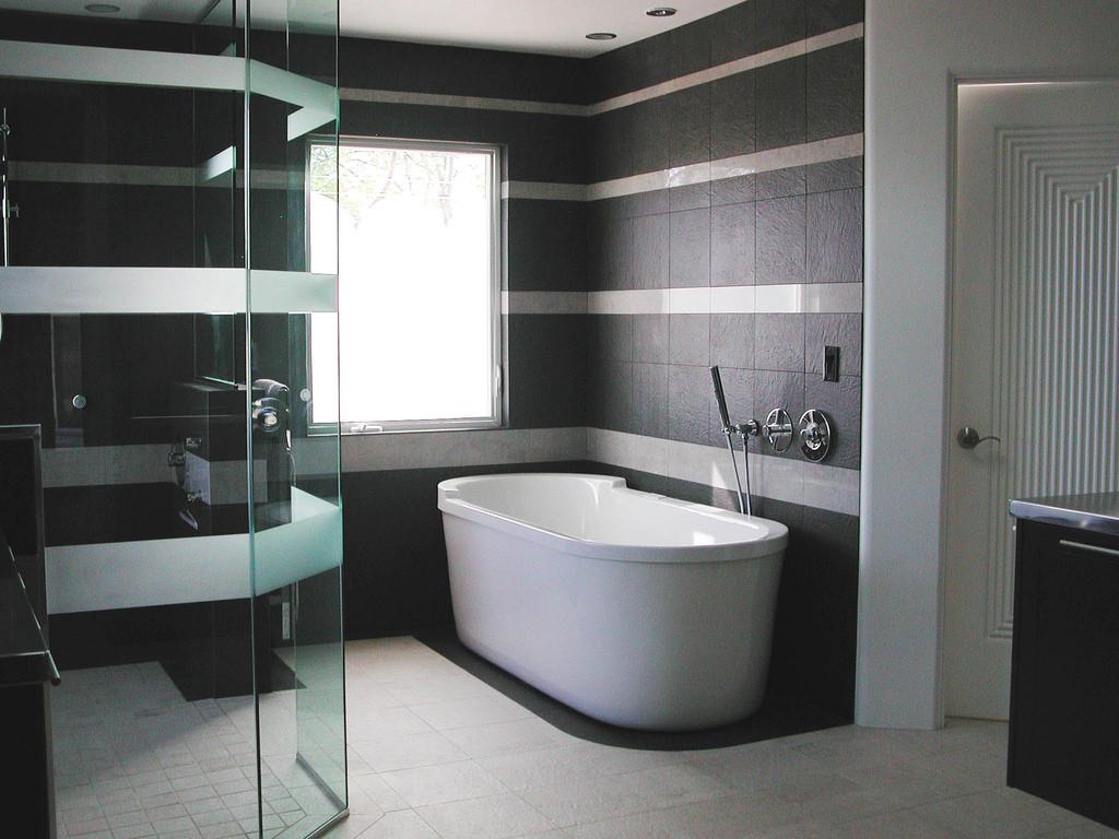 Black-and-White-Bathtub-Tile-Ideas