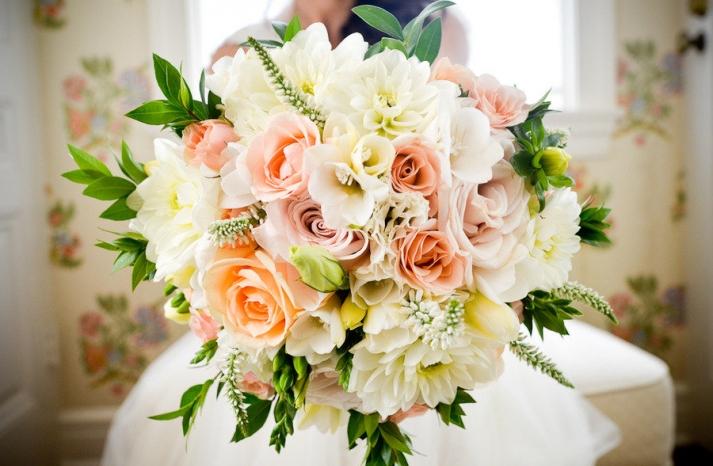 romantic-outdoor-wedding-spring-wedding-flowers-centerpieces-bouquet