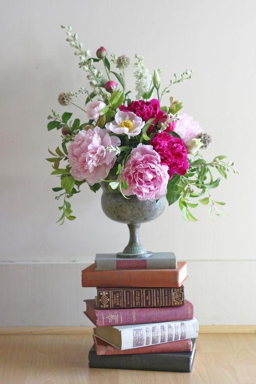 vintage-hydrangea-and-rose_-wedding-flower-arrangements