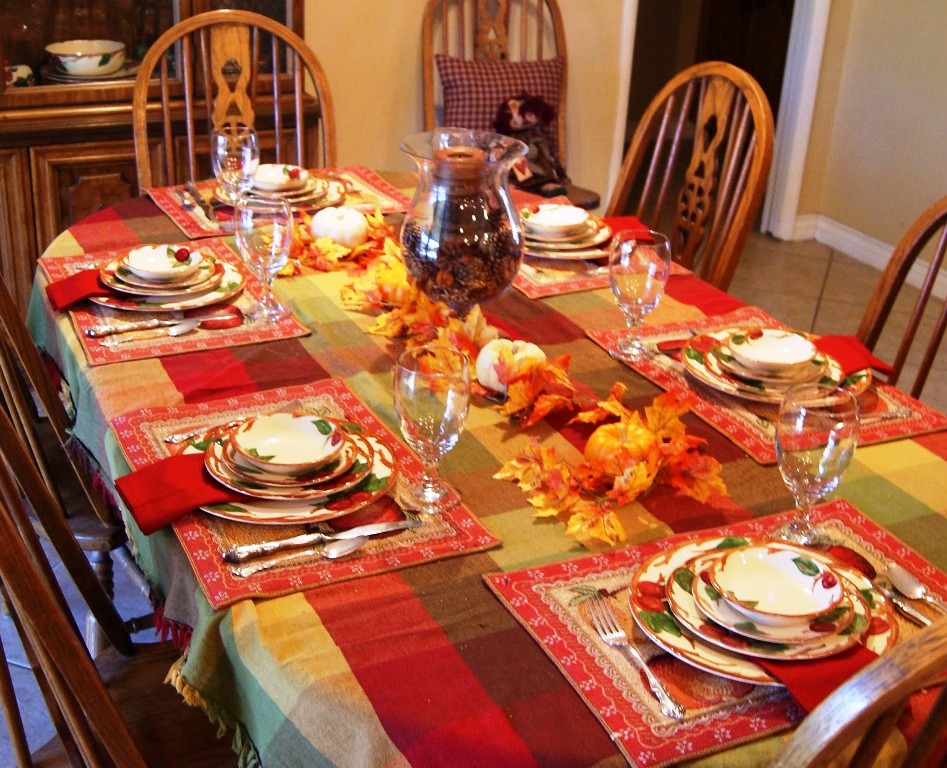 Colorful-Tablecloth-Thanksgiving-Table-Decor