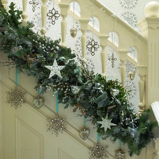 Starry-garland-on-stairs-Hall-