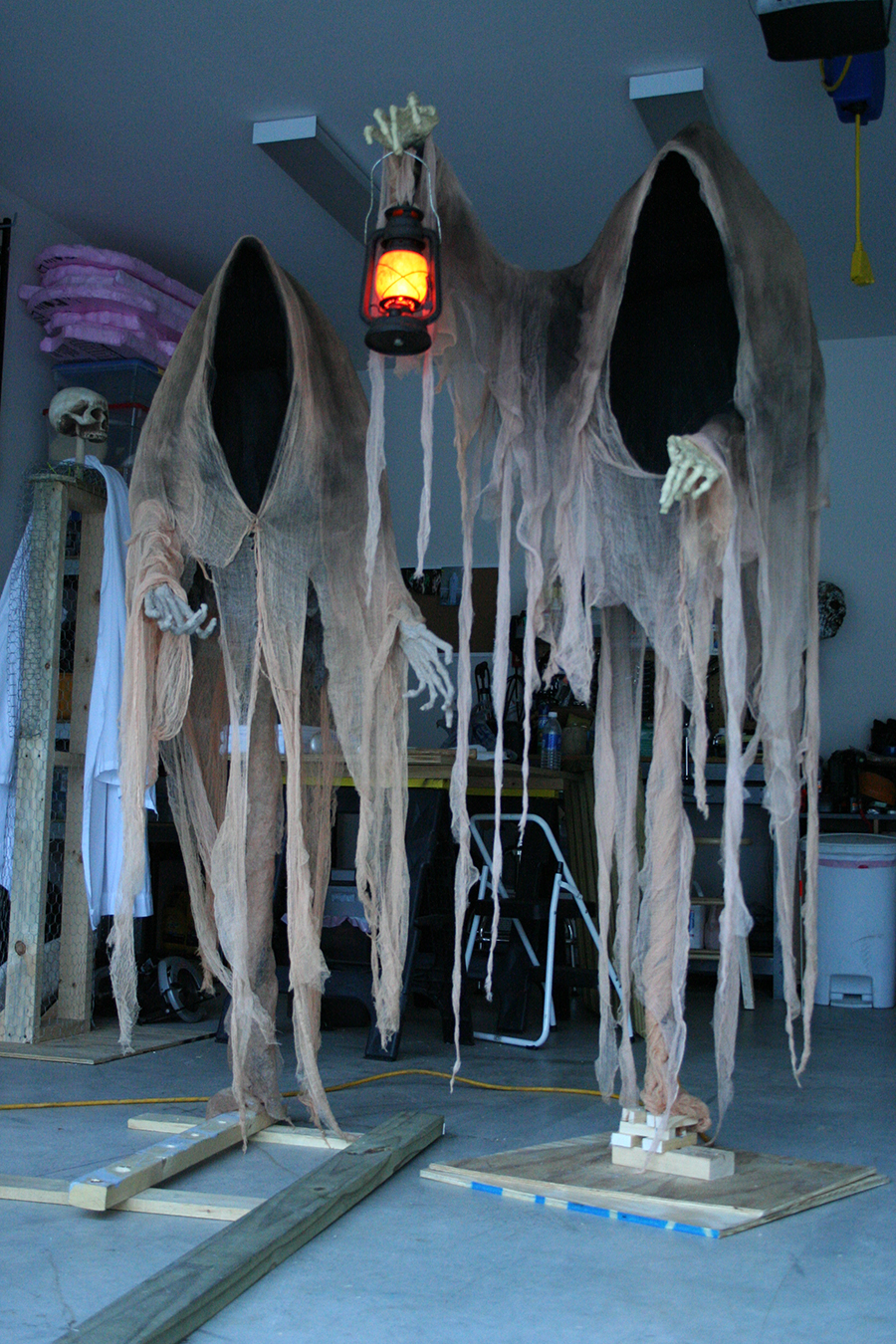 Cloaked-Ghosts-Halloween-yard-decoration