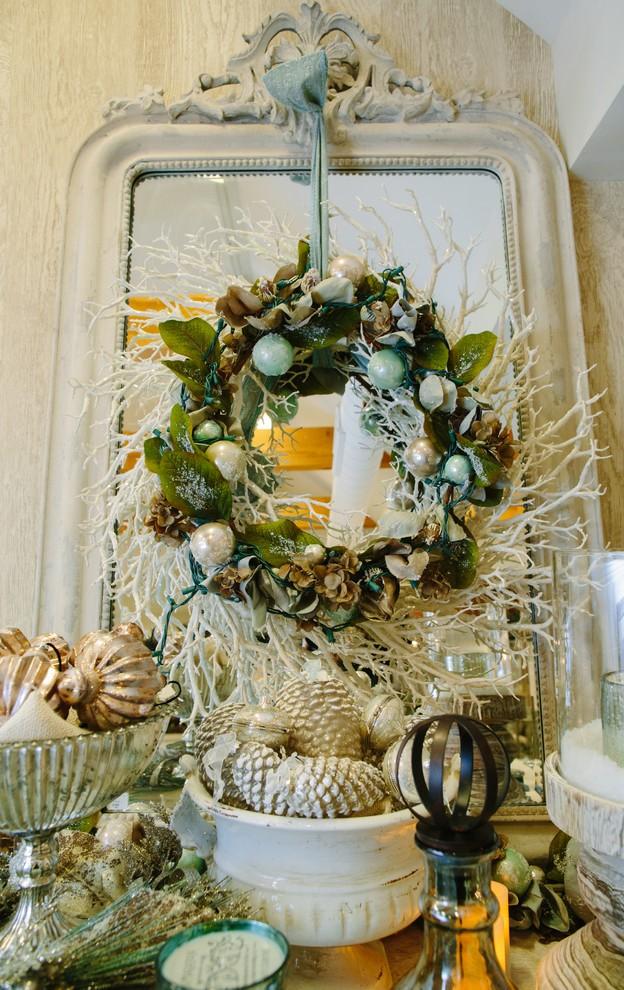 beach-style-living-room-christmas-wreath-decoration