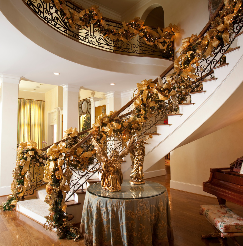 mediterranean-christmas-stairs-decoration