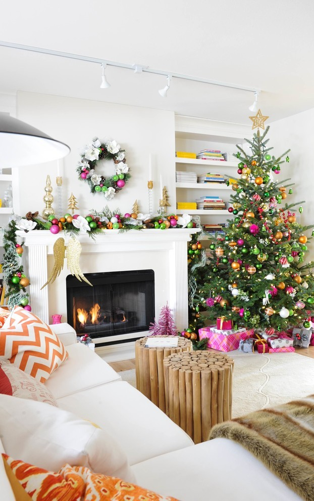 transitional-family-room-christmas-wreath-decoration