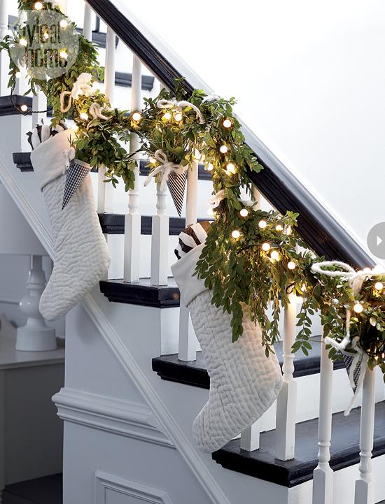 Christmas Stairs Decoration Ideas thewowdecor (14)