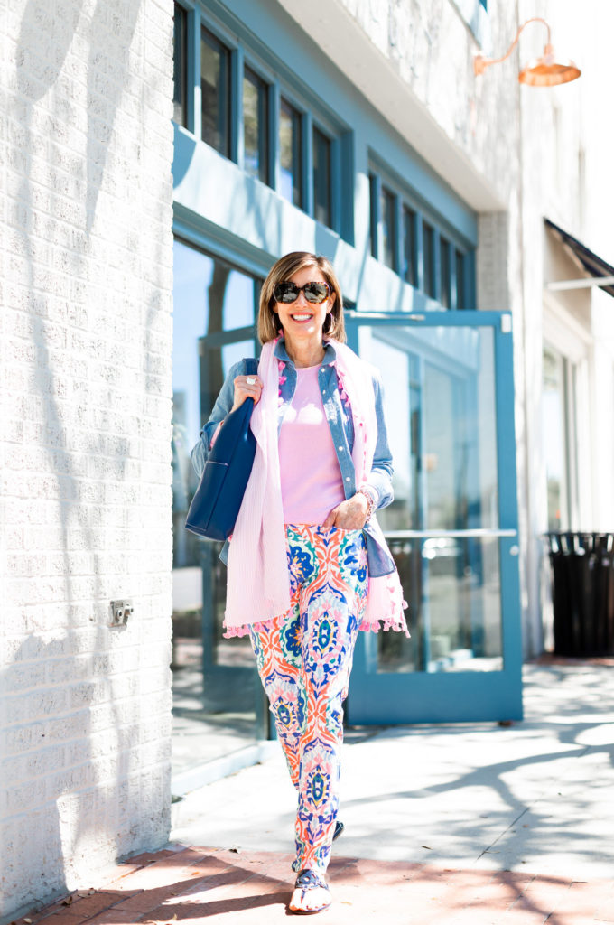 Dallas blogger in J.McLaughlin printed pants and chambray shirt