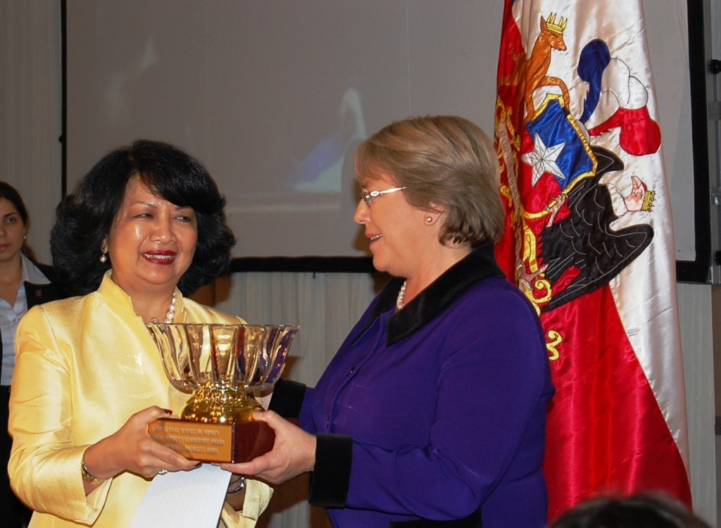Irene Natividad entrega Premio Women Global Leadership Award a Michelle   Bachelet