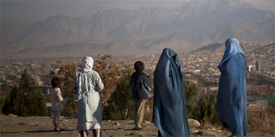 Afghan-women-with-their-children-enjoy-a-view-over-Kabul