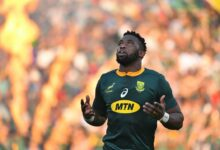 Photo of Siya Kolisi's Father Becomes Instant Celebrity (Video)