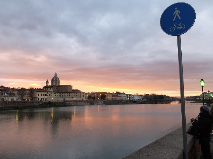 arno sunset in Florence, Italy | Girl in Florence