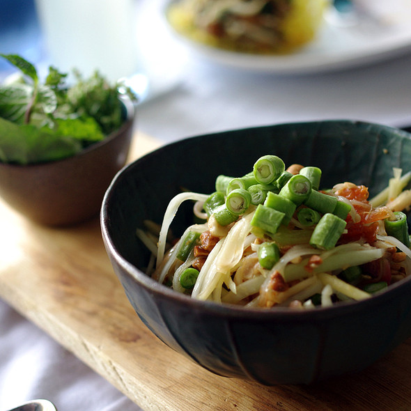 Som tum or papaya salad'. Photo credit: foodspotting.com