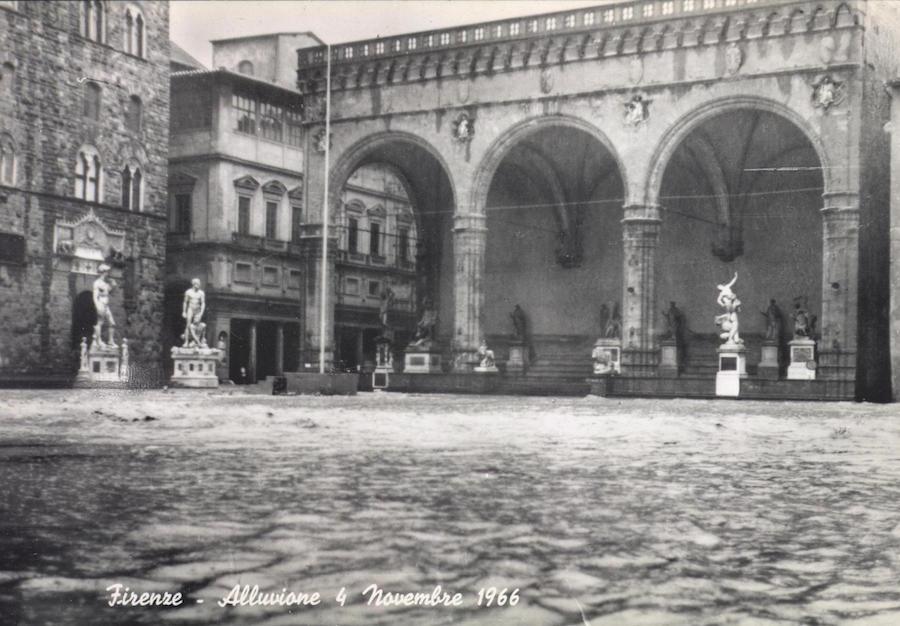 Piazza della signoria under flood water