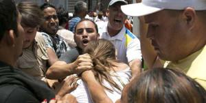 Reportero Daniel Garrido salió herido por chavistas frente a militares y oficiales - iJustSaidIt.com
