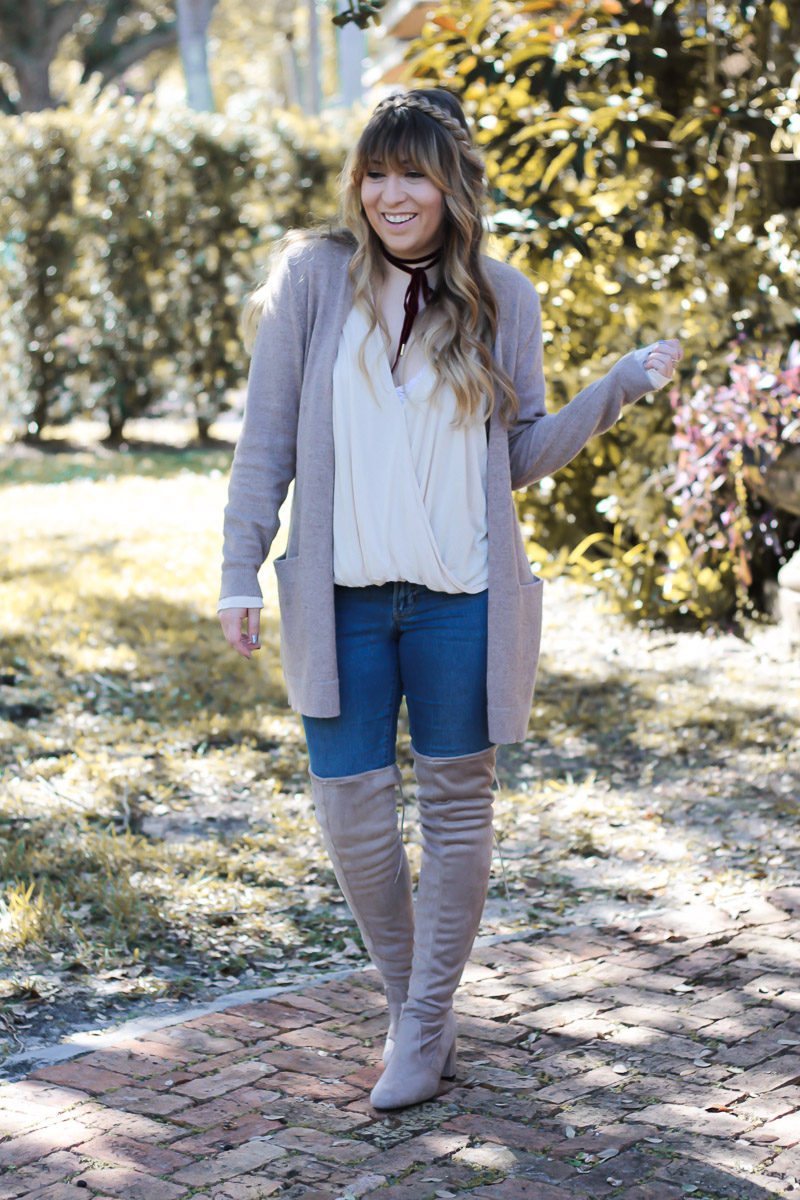 Fashion blogger Stephanie Pernas wearing a neutral Thanksgiving outfit that's both comfy and cute