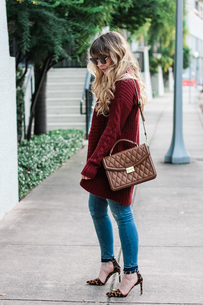 Fashion blogger wearing leopard pumps and jeans