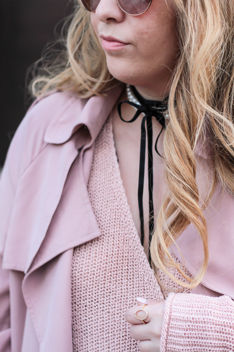 Miami fashion blogger Stephanie Pernas wearing a Baublebar Guinevere pearl choker with pink sweater and trench coat