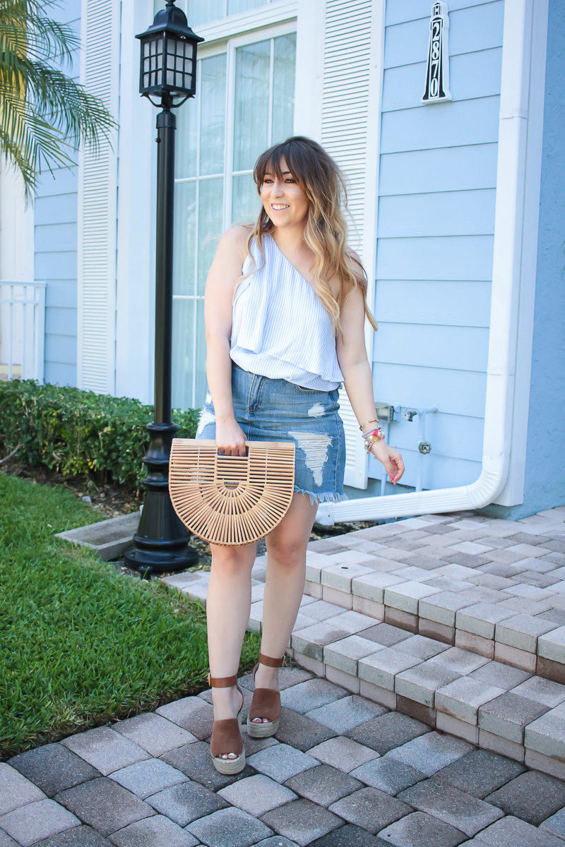 Fashion blogger Stephanie Pernas wearing a casual denim skirt outfit idea
