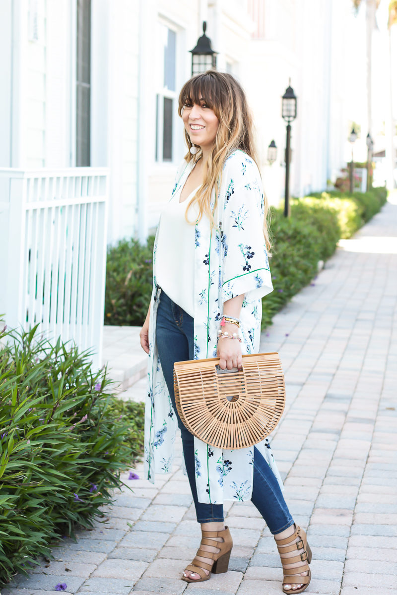 Miami fashion blogger Stephanie Pernas wearing a kimono and camisole with jeans