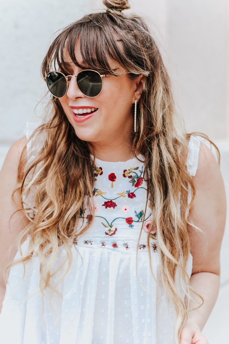 Embroidered babydoll top and jeans outfit idea_-11