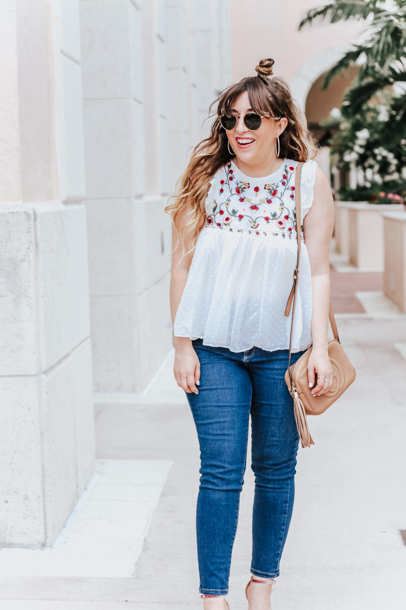 Embroidered babydoll top and jeans outfit idea_-2