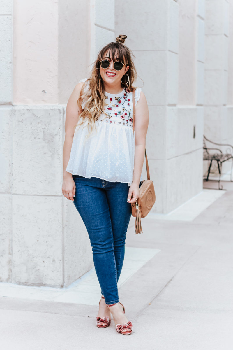 Embroidered babydoll top and jeans outfit idea_-4