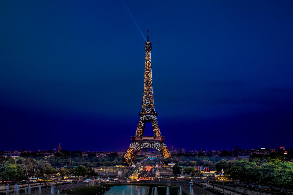 Best places to take pictures in Paris - La Tour Eiffel la Nuit by darwin. Eiffel Tower, Paris. Taken with a Canon 6D and Canon EF70-200mm f/2.8L IS USM lens.