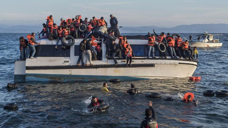 Refugiados Sírios e Iraquianos chegam de barco à ilha grega de Lesbos, provenientes da Turquia. Crédito: Wikimedia Commons, (CC BY-SA 4.0)