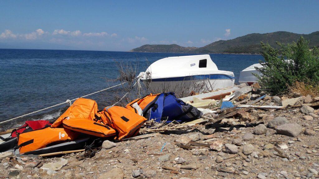 Praia na costa norte de Lesvos. Os coletes pertenciam a refugiados/migrantes que haviam feito a travessia recentemente. Crédito: Bruna Kadletz